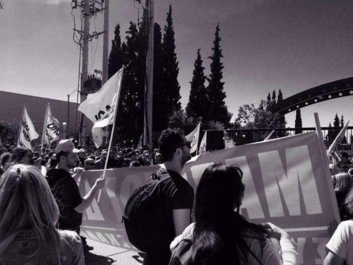 """Απεργούν σήμερα νηπιαγωγοί και δάσκαλοι σε όλη την Ελλάδα   Απεργούν σήμερα Τετάρτη δάσκαλοι και νηπιαγωγοί (ΔΟΕ) - 2ωρη στάση εργασίας των καθηγητών (ΟΛΜΕ) - Συγκέντρωση στις 12.30 στα Προπύλαια.Μαζί με τους δασκάλους και νηπιαγωγού προχωράει σε απεργία σήμερα και η Πανελλήνια Ομοσπονδία Εργαζομένων στα Δημόσια Νοσοκομεία (ΠΟΕΔΗΝ). Προγραμματισμένη για τις 11 είναι συγκέντρωση έξω από το Υπουργείο Υγείας   Σε ανακοίνωσή της η Δ.Ο.Ε. τονίζει: """"Εδώ και χρόνια έχει θέσει ως προμετωπίδα των…"""