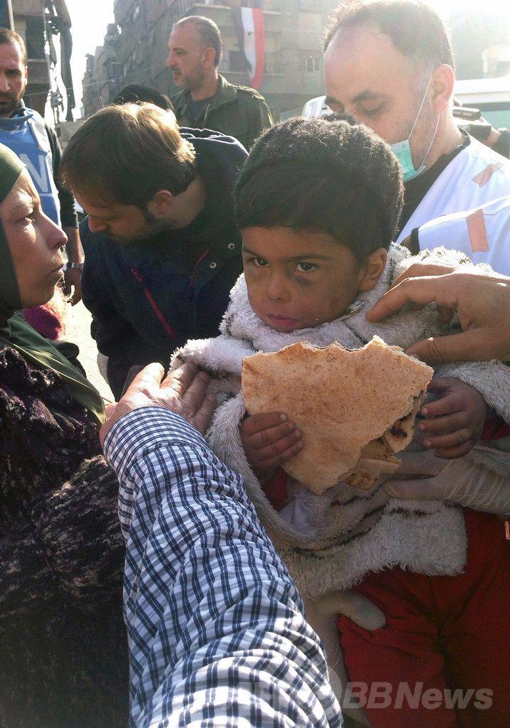 シリア首都ダマスカス(Damascus)のヤルムーク(Yarmuk)・パレスチナ人難民キャンプから避難する前に、パンを食べる子ども(2014年1月19日撮影)。(c)AFP ▼4Feb2014AFP シリア首都の難民キャンプ、封鎖7か月で2万人が飢え http://www.afpbb.com/articles/-/3007525 #Syria #Siria #Syrie #Syrien #Yarmuk