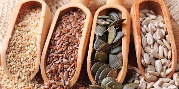 Zaden alleen voor gezondheidsfreaks? Echt niet! Koken met verschillende zaden is tegenwoordig juist helemaal hip. Niet alleen omdat ze heel gezond zijn, maar ook omdat ze best smaakvol zijn. Vijf gezonde zaden op rij! Pompoenpitten Waarom gezond:pompoenpitten zitten boordevol eiwitten, mangaan, magnesium, ijzer, zink en fosfor. Hoe te gebruiken in de keuken?Pompoenpitten zijn op z'n…