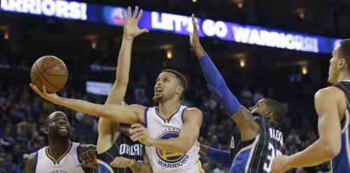 Stephen Curry logra los 400 tiros de tres en la temporada...