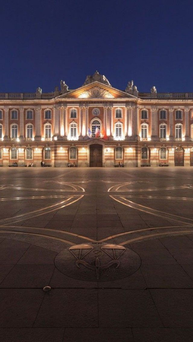 Place du Capitole, Toulouse, France #toulouse Louez une voiture près de chez vous à Toulouse sur http://placedelaloc.com/location/vehicules/voiture/polo-match-volkswagen-1727.html?retour=1