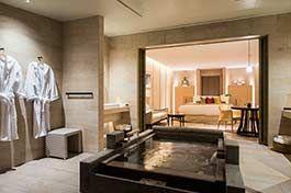 「ザ・ひらまつ ホテルズ&リゾーツ 賢島」は、フランス料理店を展開する「ひらまつ」による和と洋が融合した全8室のヨーロッパの旅館。伊勢志摩、英虞湾の景観を楽しみながら、「泊まる」だけでなく、「食べる」に格別のこだわりを。