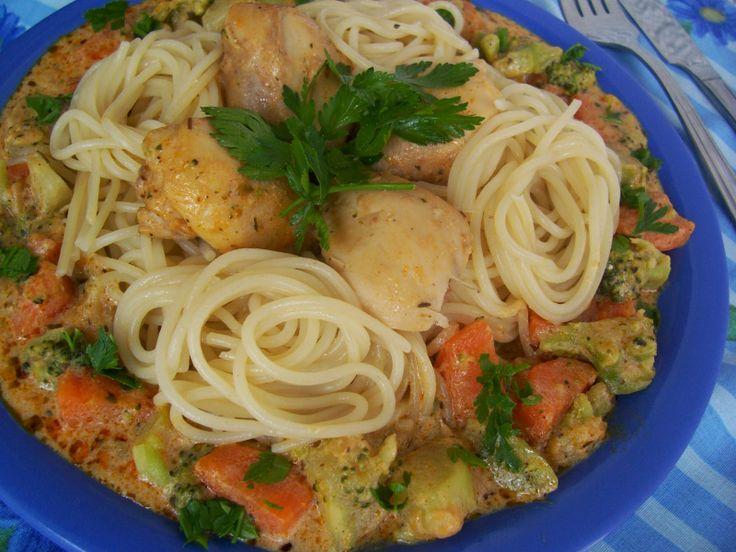 zöldséges-spagetti csirkehússal