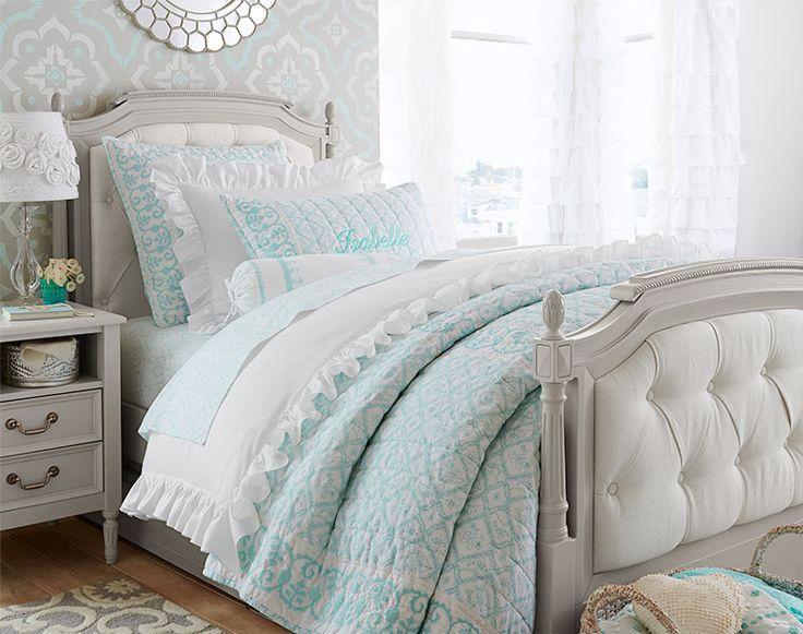 déco chambre enfant d'esprit rétro - tête de lit capitonnée, literie en blanc et turquoise et rideaux à froufrous blancs