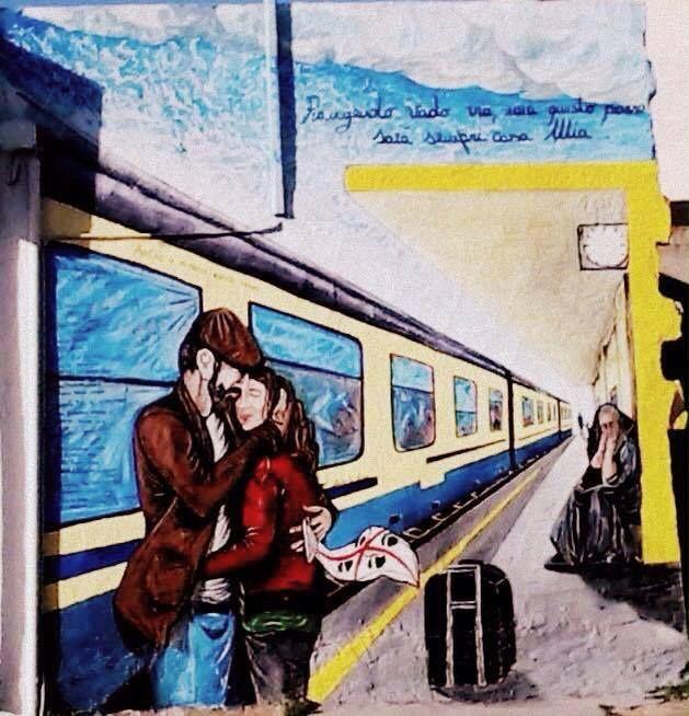 """#MURALES...a IS GANNAUS (Frazione di Carbonia) realizzato da Matteo Caria La parete si affaccia alla SS 126. È una dedica per tutti gli emigrati, ogni paesano che è dovuto partire per cercare lavoro fuori dalla Sardegna , lasciando il cuore nel proprio paese, ha apposto una firma sul finestrino come a dire """"anche io ho dovuto prendere quel treno"""" Scatto di Tatiana Mereu #streetart #muralesdisardegna"""