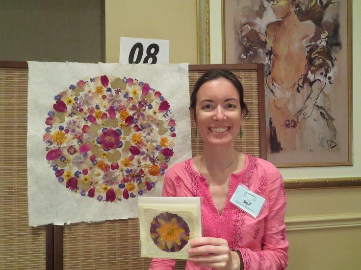 Cours en ligne «Technique de fabrication d'un Mandala de fleurs séchées» offert par Nathalie en Herbe Herboriste. Apprenez tout ce qu'il faut savoir pour réaliser vos propres créations florales à l'aide de fleurs pressées! Ebook et vidéo - Accès à vie