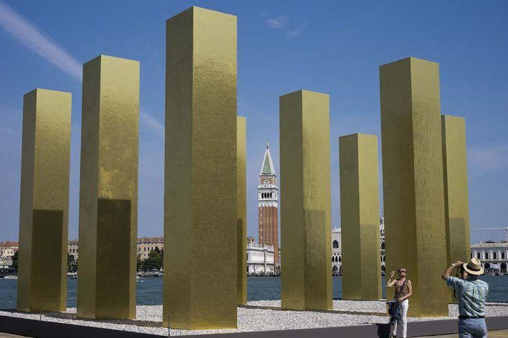 """L'installazione """"The sky over nine columns"""" dell'artista tedesco Heinz Mack (AP Photo/Domenico Stinellis)"""