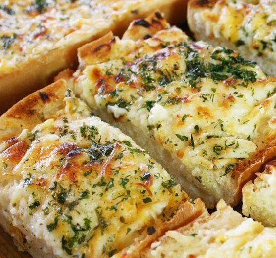 Esse Pão de Alho com Queijo caseiro vai deixar seu churrasco ainda mais gostoso! #cheese #bread #recipe