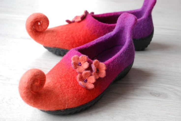 Fairy elf shoes felted from wool with flowers Custom colors with rubber soles par zavesfelt sur Etsy https://www.etsy.com/fr/listing/189022520/fairy-elf-shoes-felted-from-wool-with