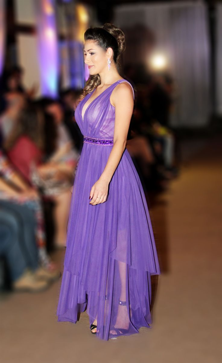 Vestido Violeta com Decote V Profundo e Saia em Camadas.