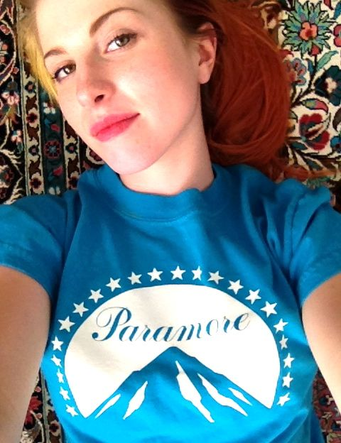 Hayley Williams Sports A Paramore Shirt, Remains Supercute While Doing So (PHOTO)