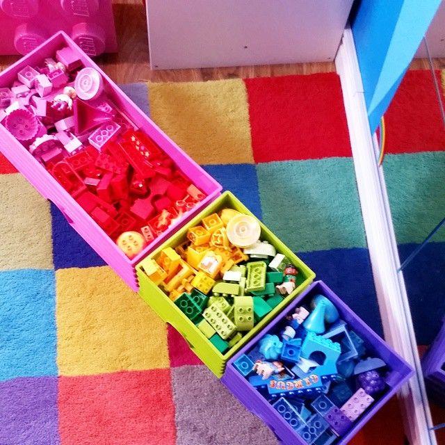 「 Dom som känner mig vet att detta är min ultimata tillfredsställelse  #legostorage #lego #regnbåge #rainbow #ordningochreda #varsakpåsinplats #barnrum… 」