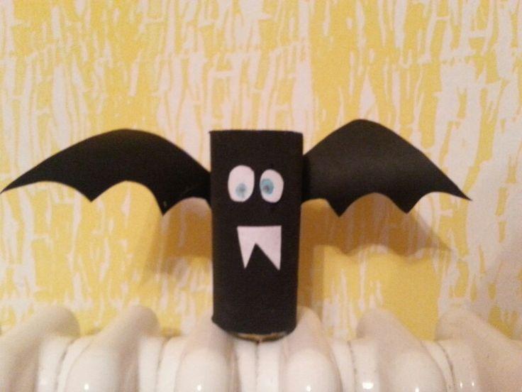 Pipistrello con rotolo di carta igienica