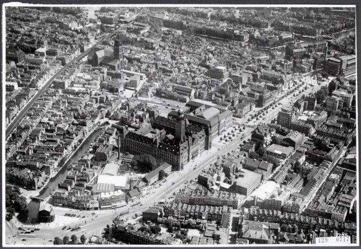 14 mei herdenken we het bombardement van Rotterdam. Op deze foto Rotterdam van voor mei 1940 duidelijk zichtbaar de Coolsingel met het Stadhuis en het Postkantoor. Rechts boven de oude Bijenkorf.