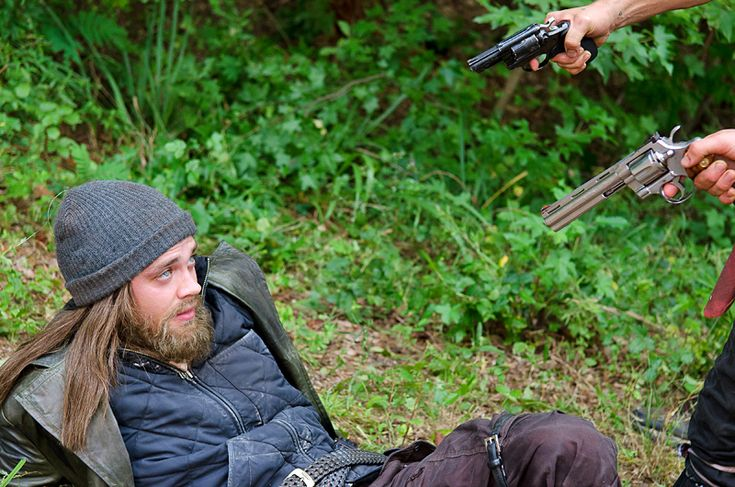 The Walking Dead: Tom Payne shares intel on mystery man Jesus | EW.com