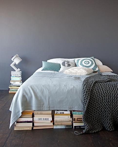 Slaapkamer - nachtkastje van boeken, leuk!
