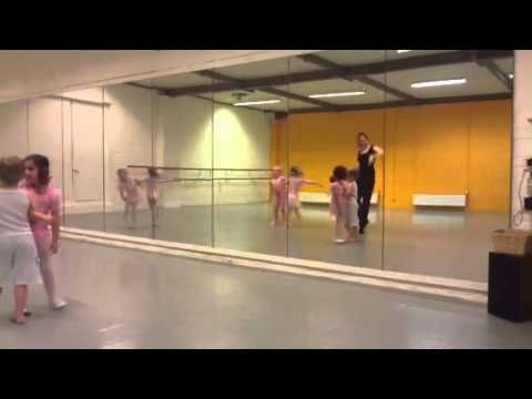 Kleuterdans 4-5 A - Wiebelbillenboogie - YouTube