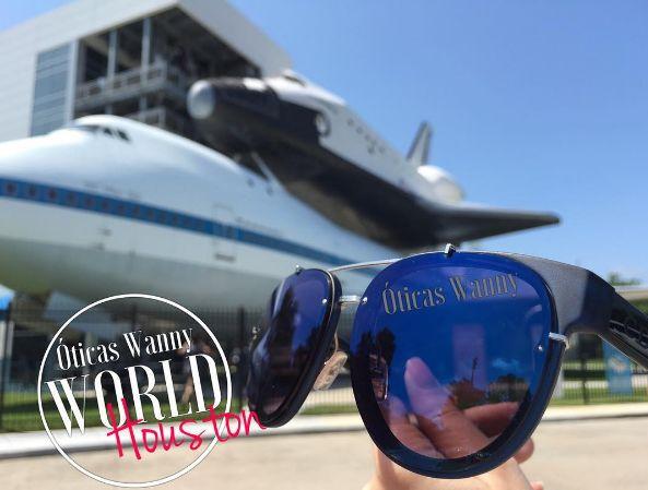 Quem estiver nos #EUA não pode perder uma das principais atrações do #Texas e que guarda relíquias do programa espacial. ✈️🇺🇸É um ótimo passeio para aproveitar com as crianças 👨👩👧👦 Vocês poderão visitar uma réplica de um ônibus espacial e também um legítimo Boeing 747 que foi usado para transportar os ônibus espaciais até o local de lançamento. Já pensou em tocar em uma pedra da #Lua ? 👉🏻🌖Tudo isso em um lugar!! #caubóis #astronautas #SpaceCenterHouston #oticaswanny #houston…