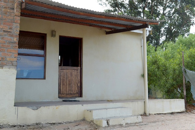 STRANDLOPERTJIE  Sleeps 2 people – open plan cottage with 2 single beds. Shower, basin and toilet in bathroom. Kitchen is well equipped with kettle, microwave, 2 plate stove, toaster, cutlery, crockery and fridge/freezer.