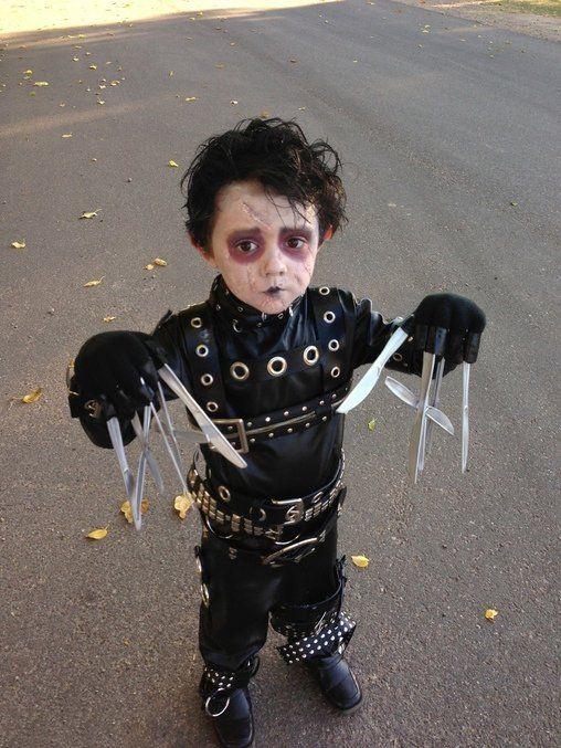 Niño disfrazado de edward manos de tijera