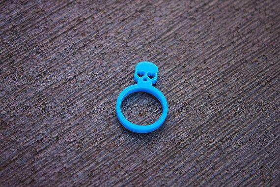 Bague tête de mort bleue en plastique