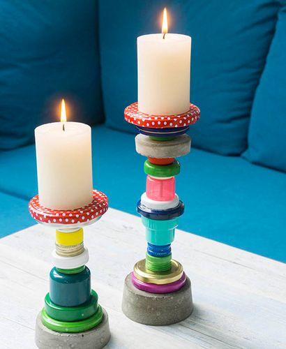 Diese extravaganten bunten Kerzenständer sind aus recycelten Flaschendeckeln gemacht! Ein individueller Hingucker … also am besten gleich mit dem Sammeln...