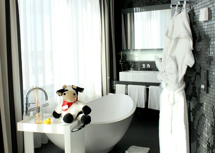 #Cowbassador ready to take a bath in her stylish bath tub at Mövenpick Hotel Stuttgart Airport & Messe