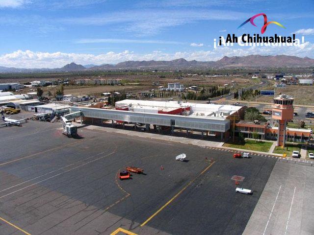 TURISMO EN CHIHUAHUA. El Aeropuerto Internacional de Chihuahua, se localiza a 13 kilómetros de la ciudad, por su ubicación estratégica e infraestructura, es un centro de servicios logístico para empresas y negocios. Gran parte de la actividad económica de la región se moviliza por este aeropuerto. Además, cuenta con todos los servicios que los usuarios requieren como: estacionamiento, renta de autos, cajeros automáticos, restaurantes, servicios de taxis y tiendas. www.turismoenchihuahua.com