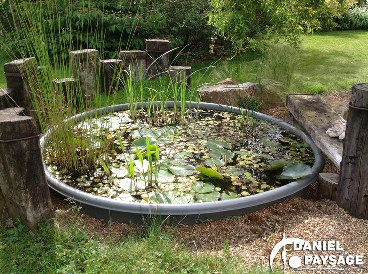 Un simple bac aménagé de traverses en chêne et de plantes d'eau apporte de la fraîcheur à votre jardin.