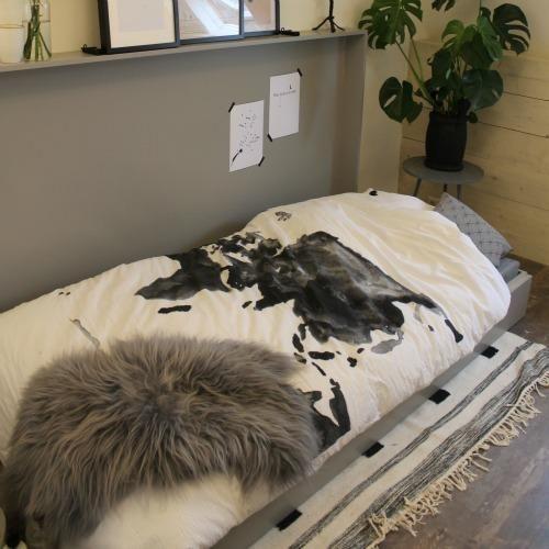 Miranda is druk bezig in de werkkamer in Ons Eigen Huis. Een kastje kan natuurlijk niet ontbreken in zo een kamer, maar deze kast is heel bijzonder. Aan de binnenkant van de kast komt een bed. Als je de kast uitklapt kan een loge zo het bed induiken en een schoonheidsslaapje houden.