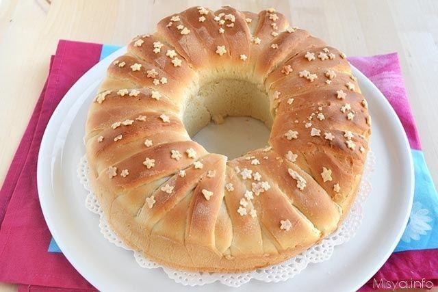 La Corona di pan brioche mi ha subito colpito per la sua forma così particolare, per la semplicità dell'esecuzione e per il ripieno, lo sapete, dove c'è