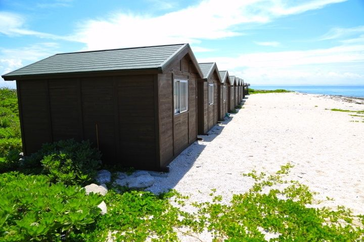 旅をするときには宿泊する場所にもこだわりたいですよね。沖縄には大型のリゾートホテルもたくさんありますが、知る人ぞ知る少し穴場なお宿はいかがでしょうか?どの宿も宿泊数が限られた小さなお宿ですが、個性的でユニークな体験ができますよ。ひと味違う沖縄旅行を楽しみましょう。