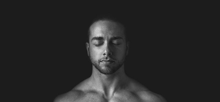 Tutti i poteri dell'universo sono già dentro di voi. Siete voi che vi siete coperti gli occhi con le vostre mani. Vi lamentate che è buio. Siate consapevoli che intorno a voi non ci sono tenebre. Togliete le mani dai vostri vostri occhi e apparirà la luce, che era lì da un'eternità.(Photo-Matteo De Grandis © Tutti i diritti riservati) #Portrait #Ritratto #Conceptual #Concettuale #Art #Photography #Photo #B/W #Eyes #Muscle #Head #Face #Nikon #Surreal #Man #Skin