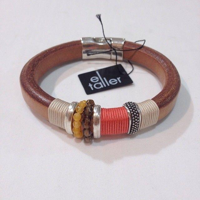 Pulsera de cuero regaliz con un toque en color coral. Simplemente ideales.