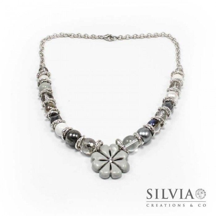 Collana perle di vetro e catena con quadrifoglio grigio