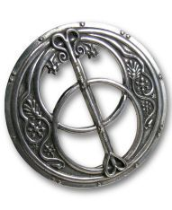 Questa Fibbia, in peltro anticato, riproduce la parte superiore dell'antico pozzo di Chalice a Glastonbury, dove si dice Giuseppe di Arimatea abbia sepolto il Sacro Graal.