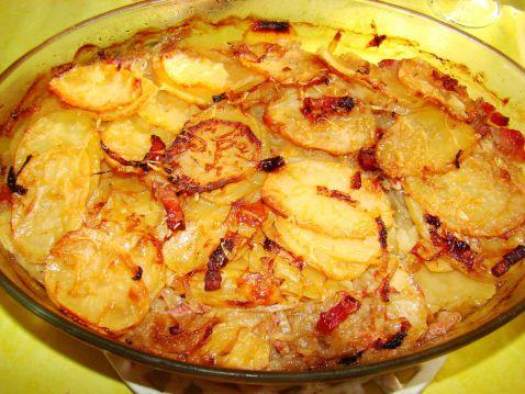 """750g vous propose la recette """"Pommes de terre à la boulangère"""" publiée par Chef Damien."""