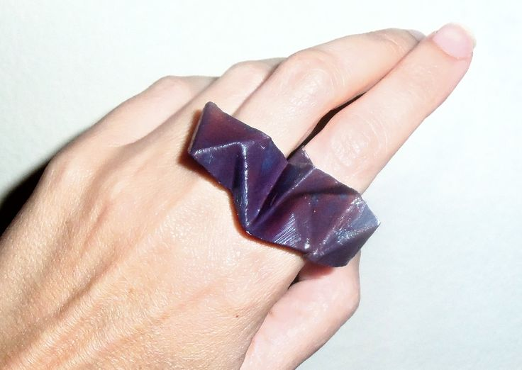 Πολυεδρικό δαχτυλίδι από φύλλο αλουμινίου βαμμένο σε ψυχρό μοβ-γκρι χρώμα.