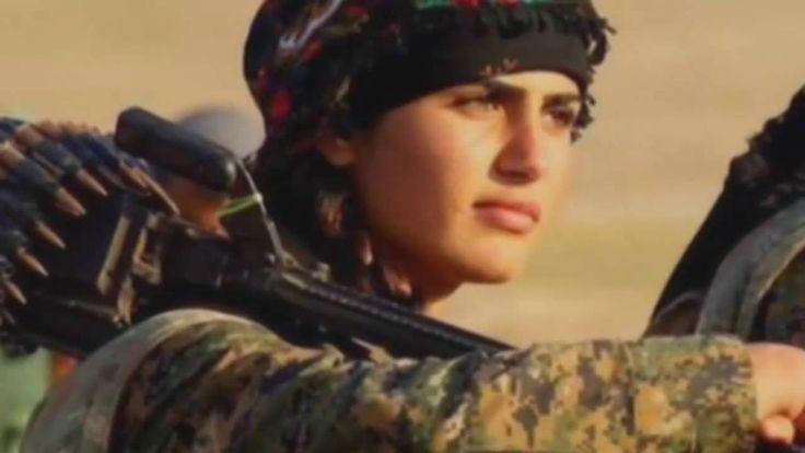 Kurdská bojovnice Asia Ramadan Antarová | foto: Reuters a We Want Freedom for Kurdistan Facebook (koláž iDNES.cz) Dvaadvacetiletá Antarová zemřela během boje poblíž města Manbídž, píše britský list The Independent. Inforamce o datu úmrtí se rozcházejí. Město na severu země nedávno osvobodila koalice Demokratické síly Sýrie, jejíž součástí jsou i kurdské milice