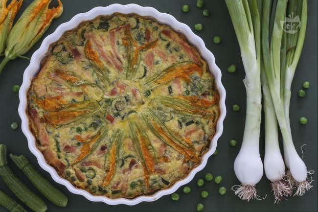 Il clafoutis al salmone è la versione salata del celebre dolce francese! Farcito con salmone e verdure fresche, è facilissimo da preparare!