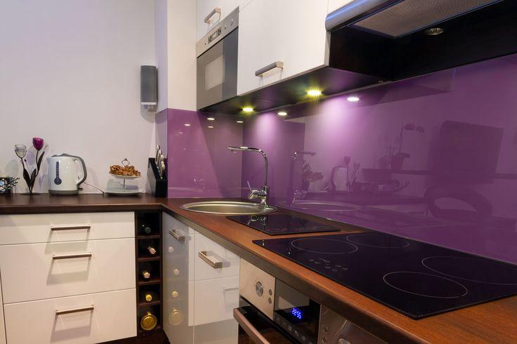Szkło LACOBEL - wysoki połysk, szeroka gama kolorystyczna, odporność na zarysowania oraz zabrudzenia tłuszczem i wodą. Idealne na osłonięcie ściany wokół kuchenki elektrycznej.