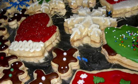 holiday iced sugar cookie recipe (so delicious and so pretty! our holiday tradition)