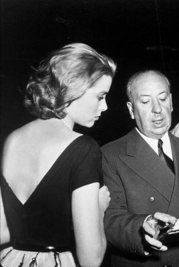 A bela Grace Kelly e o diretor Alfred Hitckcock no set de filmagem de Rear Window (Janela Indiscreta), em 1954.