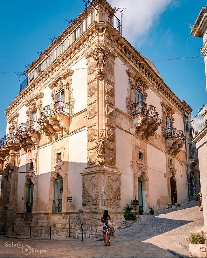 Beneventano Palace is one of the most beautiful Baroque buildings in Sicily, famous for its Moorish heads. Photo by @salvolimpo #ig_visitsicily#visitsicilyinfo #baroque