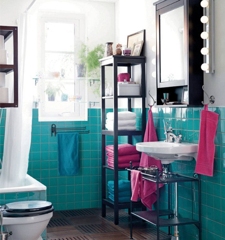El cuarto de baño casi siempre es pequeño, a veces no tiene luz natural y encima el mobiliario suele ser costoso. Estas tres características hace que se convier
