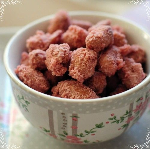 chouchous :1bol d'eau,1 bol d sucre ,1 bol d cacahuètes(les miennes avaient encore la peau rouge,pas de souci)mettre les ingrédients ds 1 grde poêle profonde et faire chauffer à feu vif pr faire évaporer le liquide.Qd le mélange devient sirupeux, ralentir la cuisson,mélanger sans cesse jusqu'à ce qu du sable apparaisse et enrobe les cacahuètes !  1 fois les cacahuètes enrobées de sable, vs les déposez sur du papier sulfurisé le tps de refroidir. Décoller-les dès que possible les 1 des autres…
