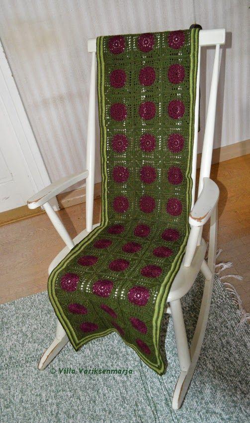 Virkattu keinutuolin matto Crocheted blanket for rocking chair  http://villavariksenmarja.blogspot.fi/2015/04/palavirkkauksella-peitto-keinutuolille.html