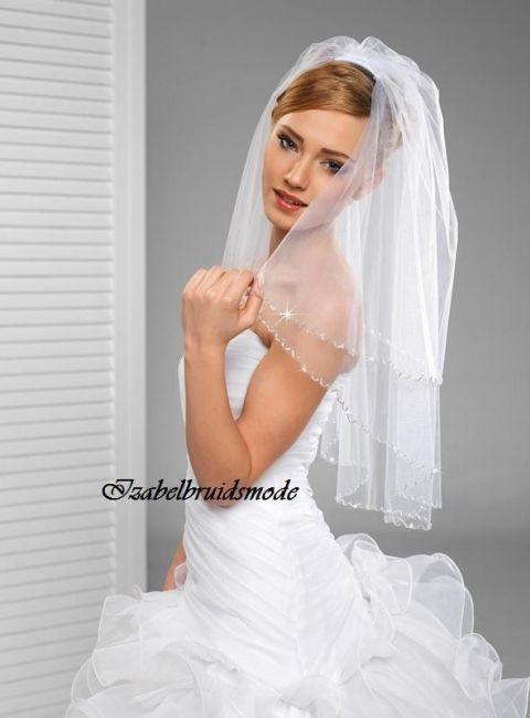 Prachtige halflange bruidssluier van 75cm/55cm (tweelaags) met handmatig aangebrachte Swarovski kristallen. Inclusief doorzichtig kammetje om de sluier gemakkelijk in uw bruidskapsel te vestigen. -