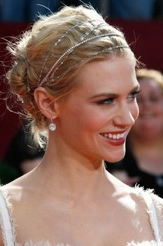 love this delicate headband with her updo