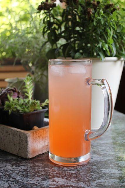 Erdbeer-Bier, selbstgebraut. Perfekt für einen lauen Sommerabend auf dem Balkon!